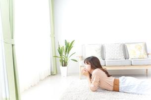 自宅でくつろぐ女性の写真素材 [FYI04700601]