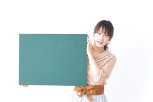 黒板を持つ女性の写真素材 [FYI04700611]