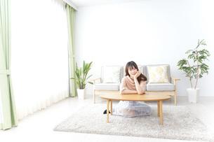 自宅でくつろぐ女性の写真素材 [FYI04700612]