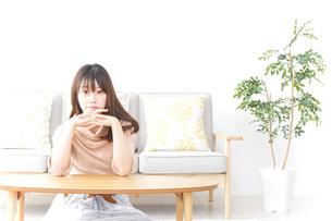 自宅でくつろぐ女性の写真素材 [FYI04700617]