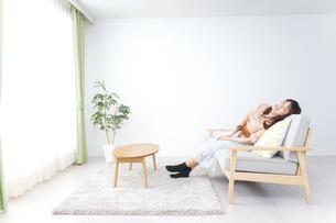 部屋でリラックスをする若い女性の写真素材 [FYI04700661]