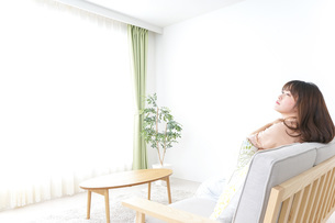 部屋でリラックスをする若い女性の写真素材 [FYI04700670]