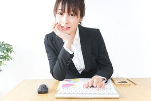 オフィスで働くキャリアウーマンの写真素材 [FYI04700712]