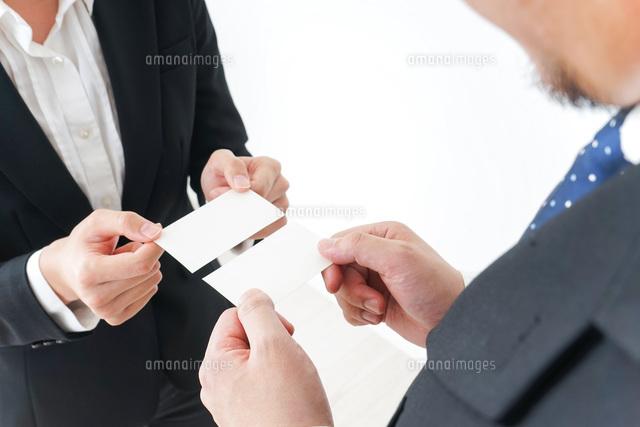 名刺交換をするビジネスパーソンの写真素材 [FYI04700765]
