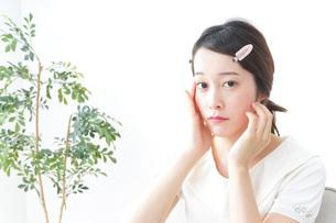 お化粧をする女性の写真素材 [FYI04700776]