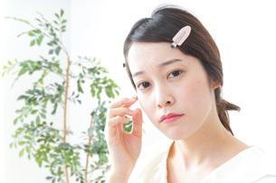お化粧をする女性の写真素材 [FYI04700780]