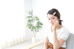 お化粧をする女性の写真素材 [FYI04700788]