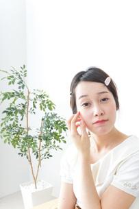 お化粧をする女性の写真素材 [FYI04700793]