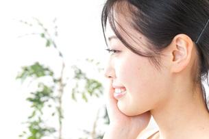 スキンケアをする女性の写真素材 [FYI04700912]