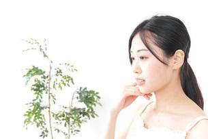 スキンケアをする女性の写真素材 [FYI04700919]