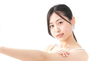 クリームを塗る女性の写真素材 [FYI04700927]