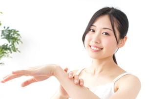 クリームを塗る女性の写真素材 [FYI04700929]