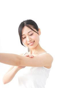 クリームを塗る女性の写真素材 [FYI04700930]