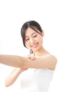 クリームを塗る女性の写真素材 [FYI04700931]