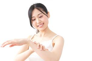 クリームを塗る女性の写真素材 [FYI04700932]