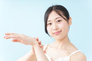 クリームを塗る女性の写真素材 [FYI04700943]