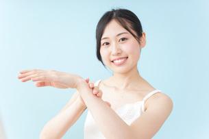 クリームを塗る女性の写真素材 [FYI04700947]