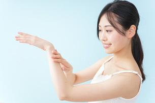 クリームを塗る女性の写真素材 [FYI04700951]