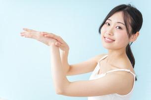 クリームを塗る女性の写真素材 [FYI04700953]