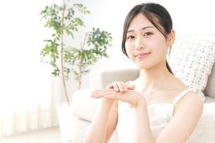 クリームを塗る女性の写真素材 [FYI04700968]