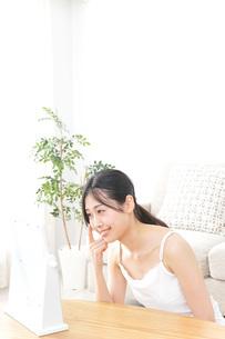 クリームを塗る女性の写真素材 [FYI04700970]