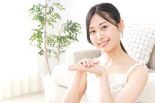 クリームを塗る女性の写真素材 [FYI04700976]