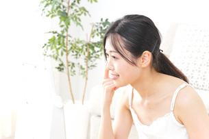 クリームを塗る女性の写真素材 [FYI04700981]