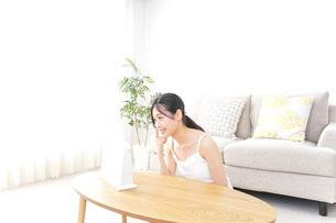 クリームを塗る女性の写真素材 [FYI04700982]