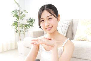 クリームを塗る女性の写真素材 [FYI04700986]