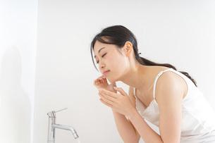 洗顔をする女性の写真素材 [FYI04700990]