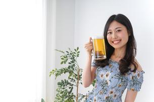 ビアガーデンでビールを飲む女性の写真素材 [FYI04701009]