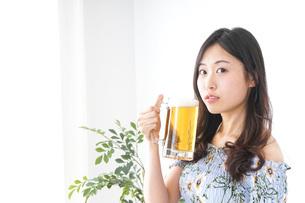 ビアガーデンでビールを飲む女性の写真素材 [FYI04701013]