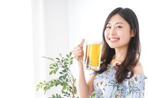 ビアガーデンでビールを飲む女性の写真素材 [FYI04701015]