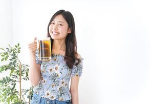 ビアガーデンでビールを飲む女性の写真素材 [FYI04701020]