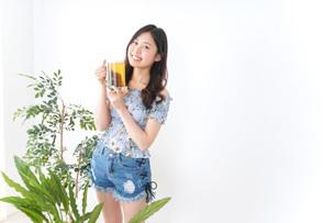 ビアガーデンでビールを飲む女性の写真素材 [FYI04701021]