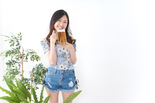 ビアガーデンでビールを飲む女性の写真素材 [FYI04701022]