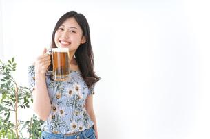ビアガーデンでビールを飲む女性の写真素材 [FYI04701023]