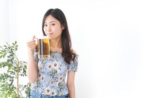 ビアガーデンでビールを飲む女性の写真素材 [FYI04701025]