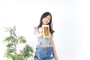 ビアガーデンでビールを飲む女性の写真素材 [FYI04701028]