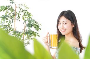 ビアガーデンでビールを飲む女性の写真素材 [FYI04701029]