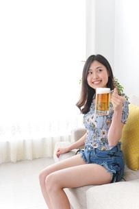 自宅でお酒を飲む女性の写真素材 [FYI04701035]