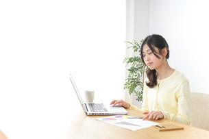 オフィスで仕事するビジネスウーマンの写真素材 [FYI04701072]
