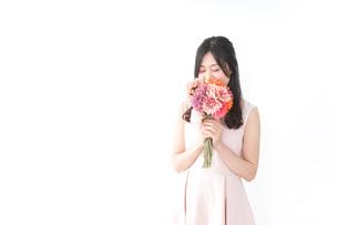 花束を持つ若い女性の写真素材 [FYI04701081]