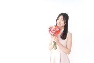 花束を持つ若い女性の写真素材 [FYI04701084]