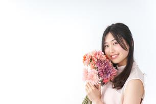 花束を持つ若い女性の写真素材 [FYI04701085]