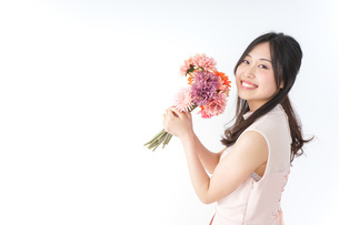 花束を持つ若い女性の写真素材 [FYI04701090]