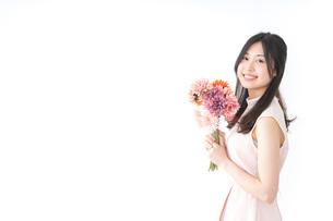 花束を持つ若い女性の写真素材 [FYI04701096]