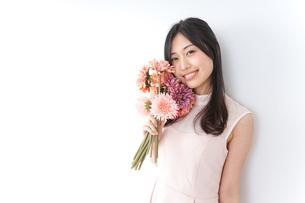 花束を持つ若い女性の写真素材 [FYI04701097]