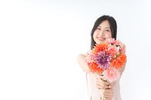 花束を持つ若い女性の写真素材 [FYI04701099]