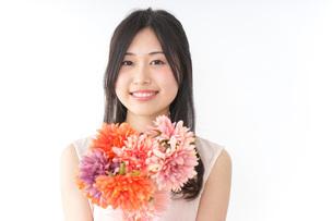 花束を持つ若い女性の写真素材 [FYI04701103]